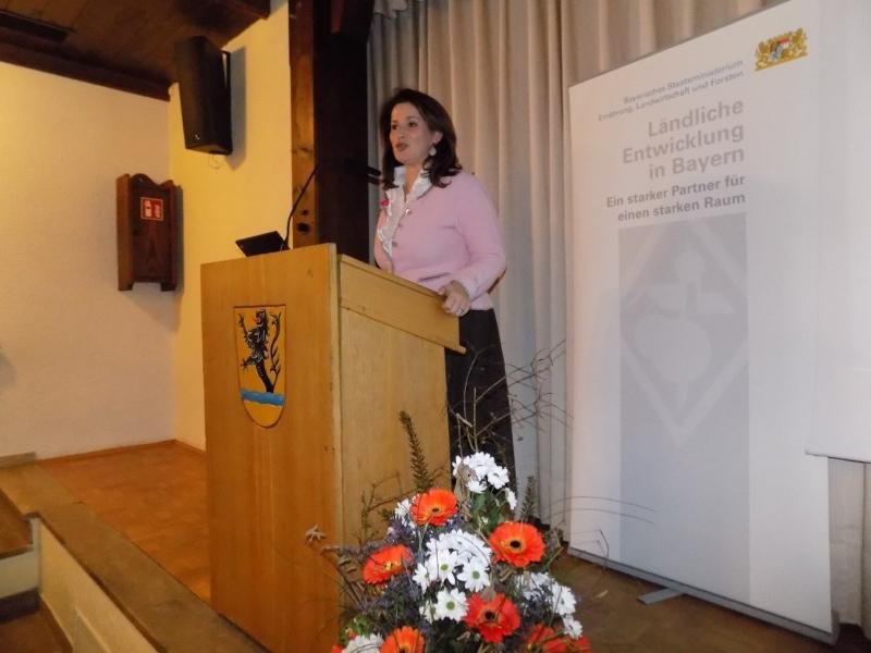 Die Staatsministerin für Ernährung, Landwirtschaft und Forsten, Michaela Kaniber, betont in ihrer Ansprache, welch beeindruckenden Entwicklungsschub die Region durch die Regionalinitiativen erlebt.