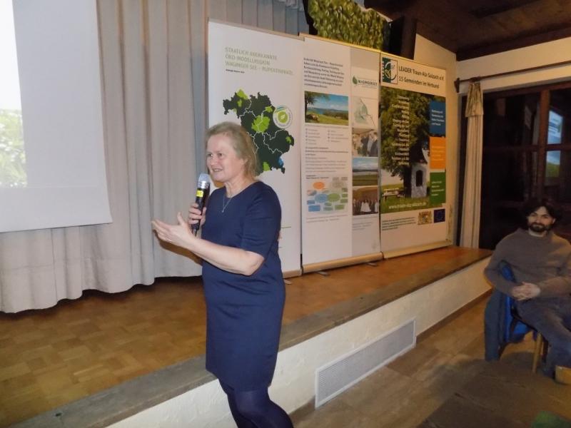 Die Projektmanagerin der Ökomodellregion Waginger See- Rupertiwinkel, Marlene Berger-Stöckl, stellt unter anderem ökologische Projekte mit Bürgern und Gemeinden vor, wie etwa das ökologische Pflegekonzept für kommunale Grünflächen.