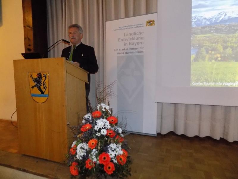 Konrad Schupfner, 1. Vorsitzender der LAG Leader Traun-Alz Salzachtal, hebt in seiner Rede die gute Koordination der Initiativen hervor, mit der eine sehr effektive Arbeit erzielt wird.