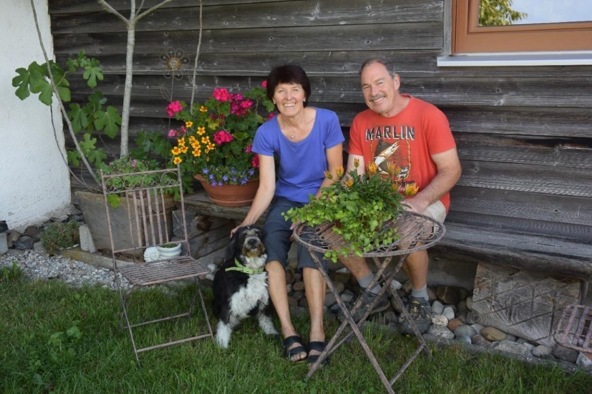 Elfriede und Hans Praxenthaler genießen das Leben auf ihrem Biohof in Thannsberg. Hündin Romy leistet ihnen Gesellschaft.