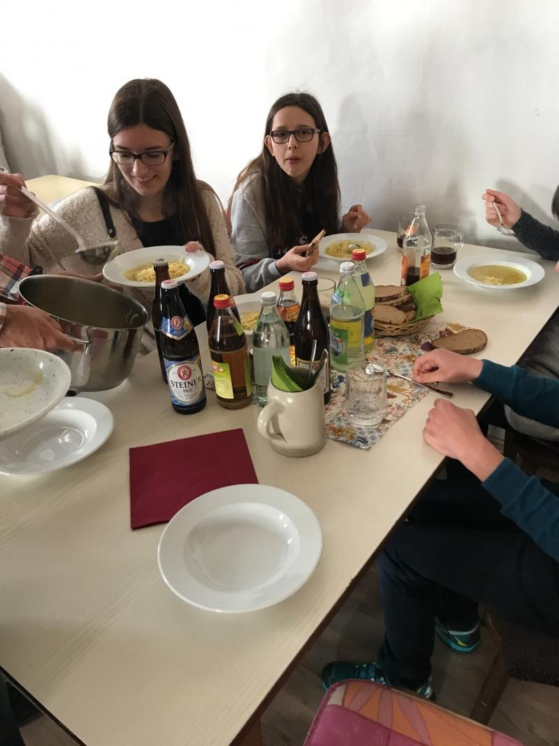Fastensuppenessen in St. Leonhard