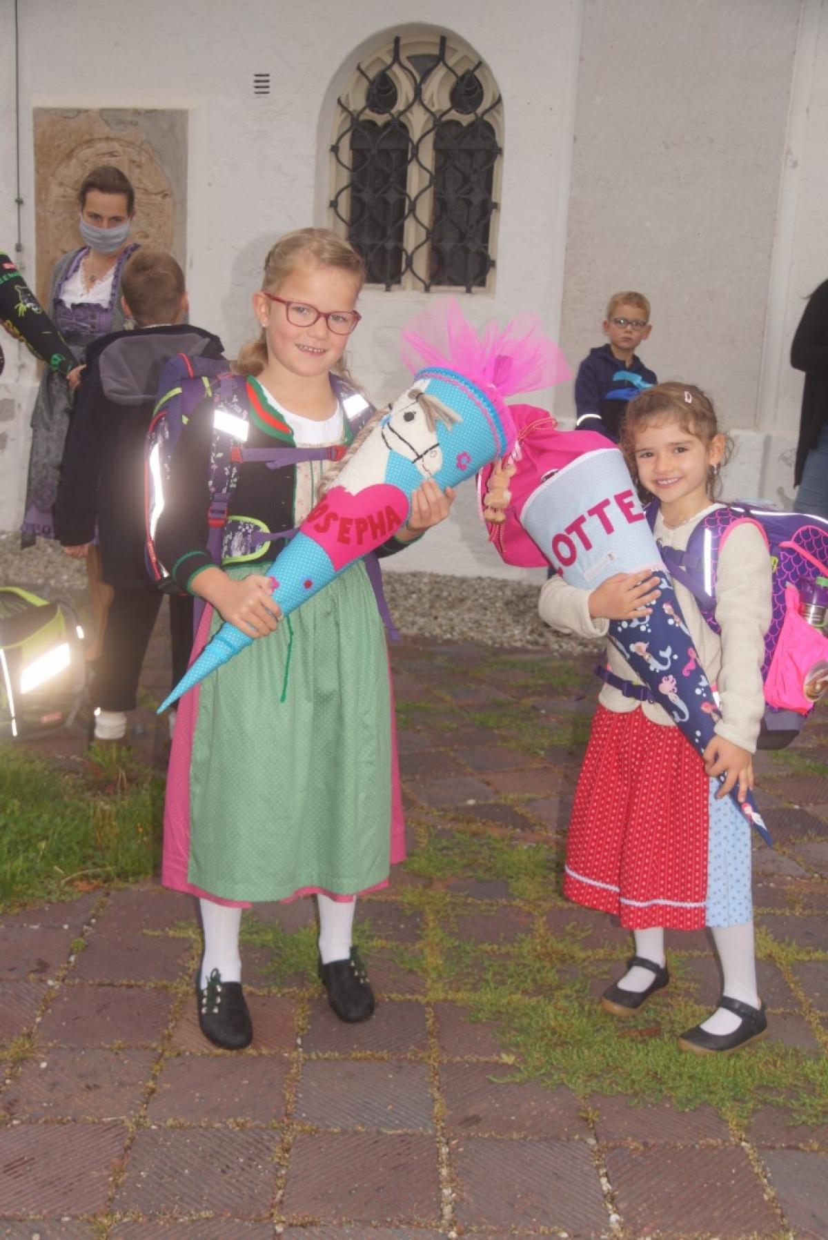 Stolz stellen sich Josepha (links) und Lotte mit ihren großen Schultüten dem Fotografen.