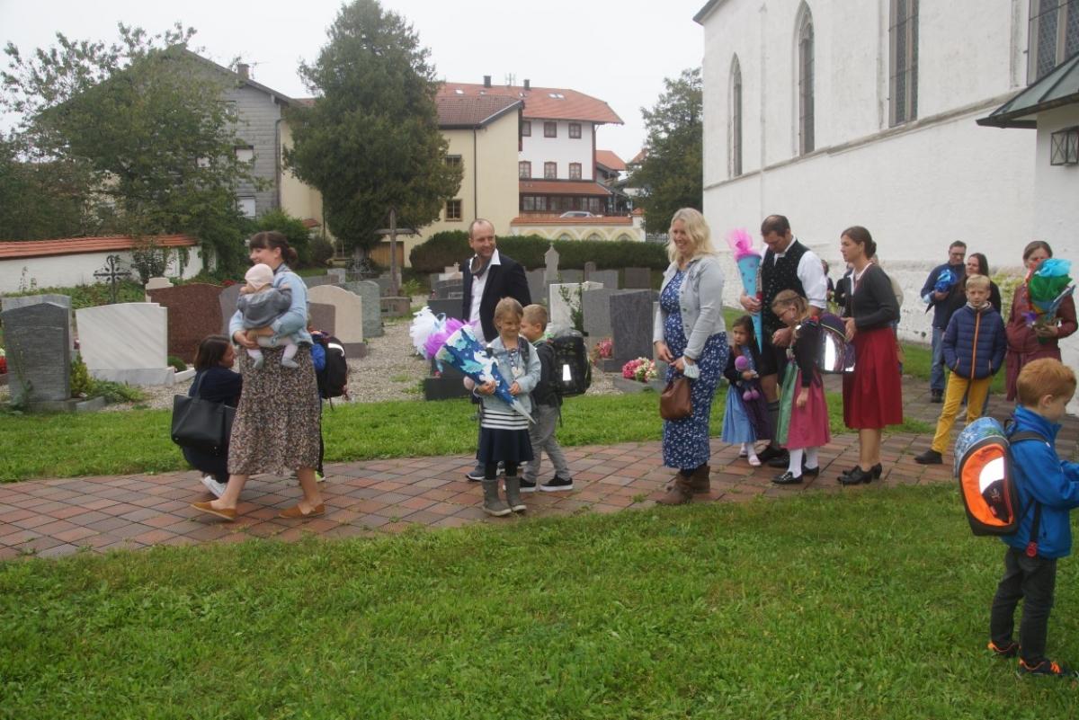 Nach der Segnungsandacht begeben sich Eltern und Kinder zusammen zum Schulhaus.