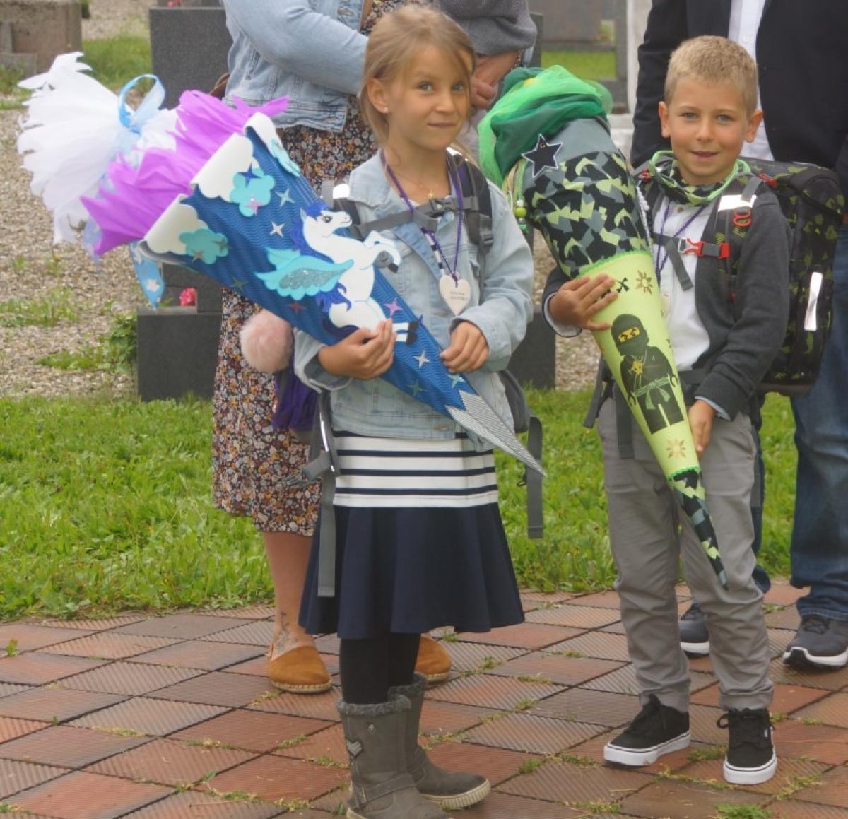Der kleine Max und seine Cousine Anika freuen sich schon auf den ersten Schultag.