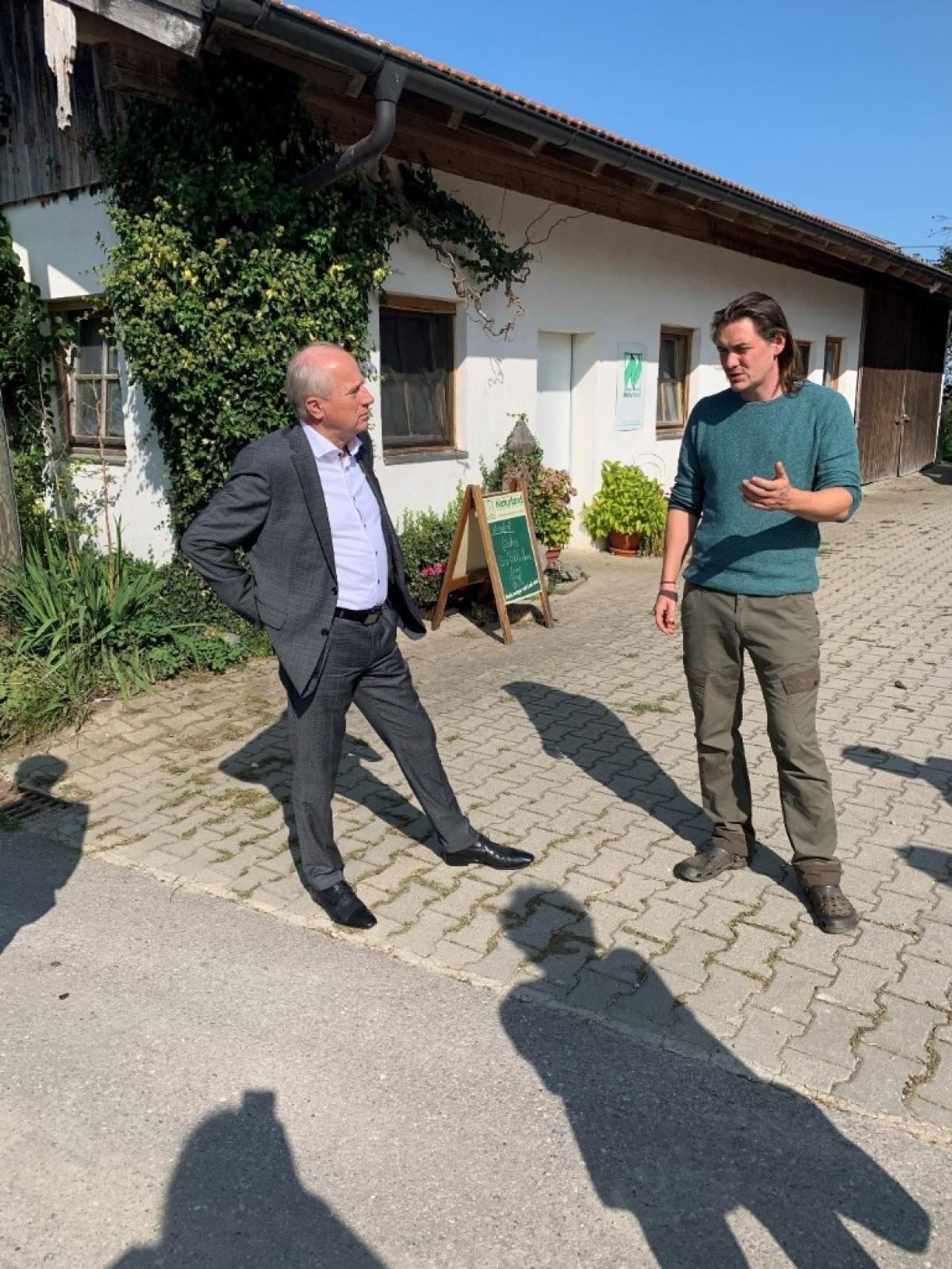 Landesrat Johann Seitinger aus der Steiermark erkundigte sich beim Betrieb Kettenberger zu den Möglichkeiten der Direktvermarktung bayerischer Biogeflügelprodukte.