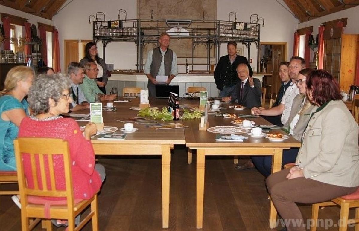 In der Schlossbrauerei Stein informierte sich die Delegation um Landesrat Johann Seitinger (5.v.r.) über die Ökomodellregion Waginger See-Rupertiwinkel und die Bioprodukte aus der Region.