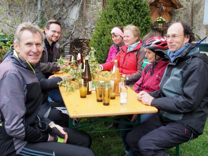 Brotzeitpause für die Radler, rechts: Carsten Voigt vom Landschaftspflegeverband TS.