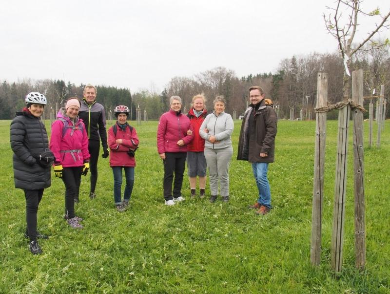 Annette Bobenstetter (2.v.r.) führte einige der Radler durch den großen Obstanger der Kommune Waging bei Ebing, an die 50 Obstbäume stehen auf dieser Wiese.