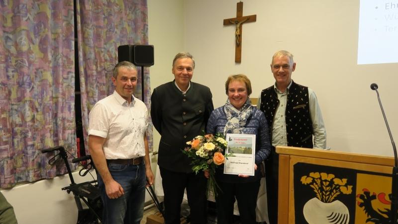 Walli Hasenknopf ist seit 35 Jahren Chorleiterin und wird dafür geehrt.