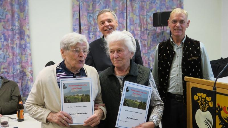 Marianne Mühlbacher und Berta Fenninger wurden geehrt, da sie seit sehr vielen Jahren das Amt des Messe-Aufschreibens ausübten.