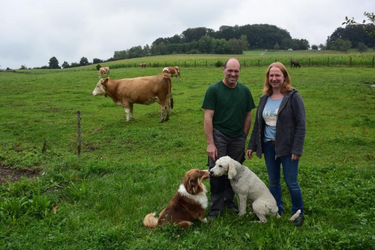 Matthias und Rosi Winkler auf ihrem Biobetrieb in Ollerding mit den Hunden Hannerl und Ringo.