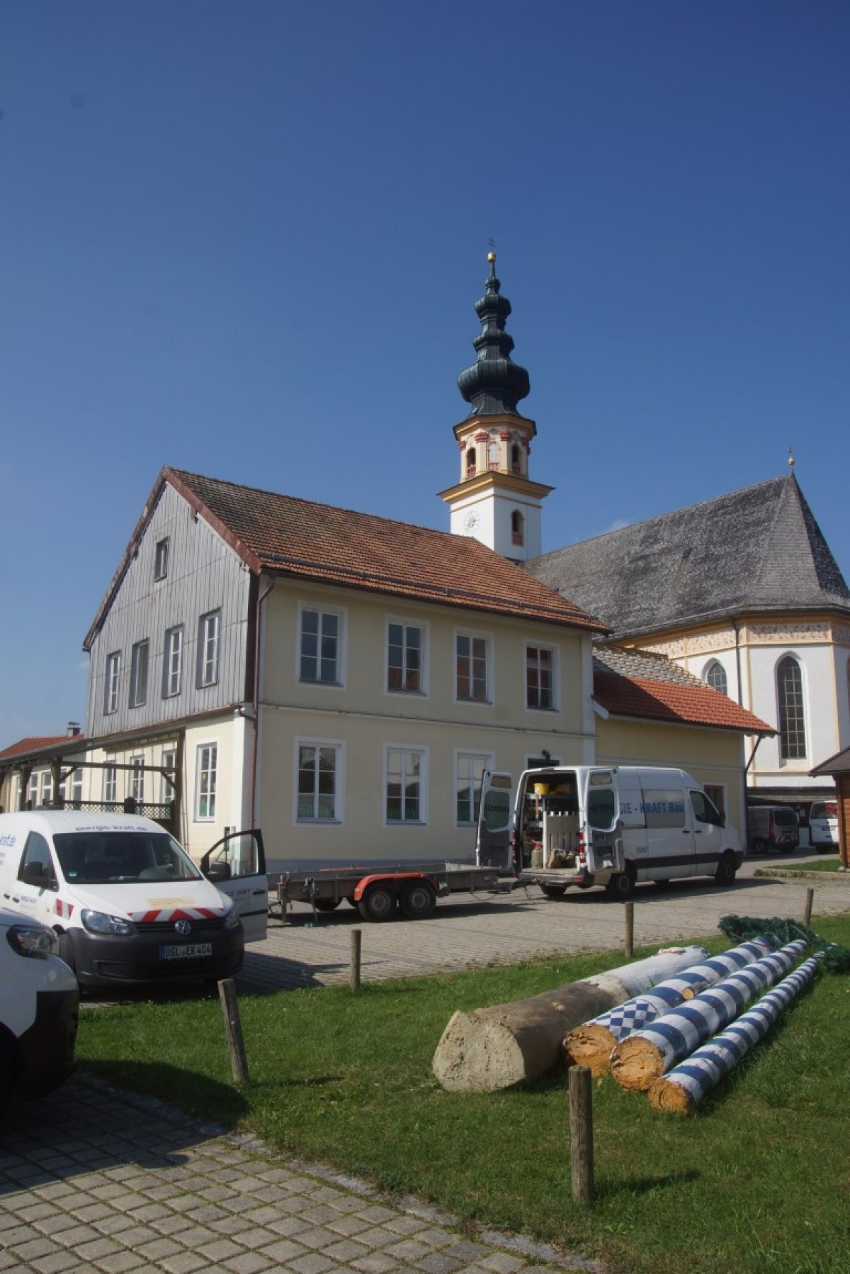 Der Maibaum in St. Leonhard musste für die künftigen Abriss- und Bauarbeiten am alten Kindergarten (im Hintergrund), der durch das neue Bürgerhaus ersetzt wird, bereits weichen.