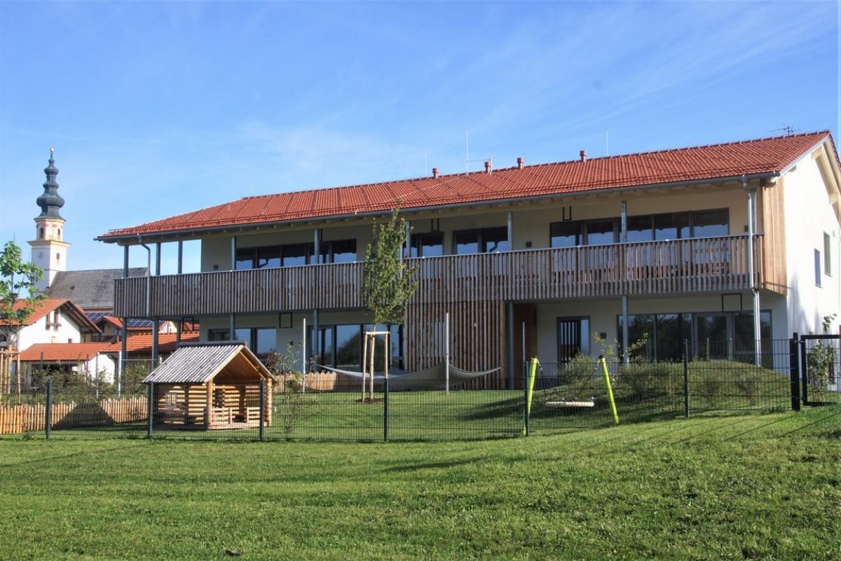 So sieht der neue Kindergarten der Gemeinde Wonneberg von Süden her aus. Große Glasflächen sorgen für viel Licht, ein tiefer Spielbalkon im Obergeschoß sorgt für zusätzlichen Platz.