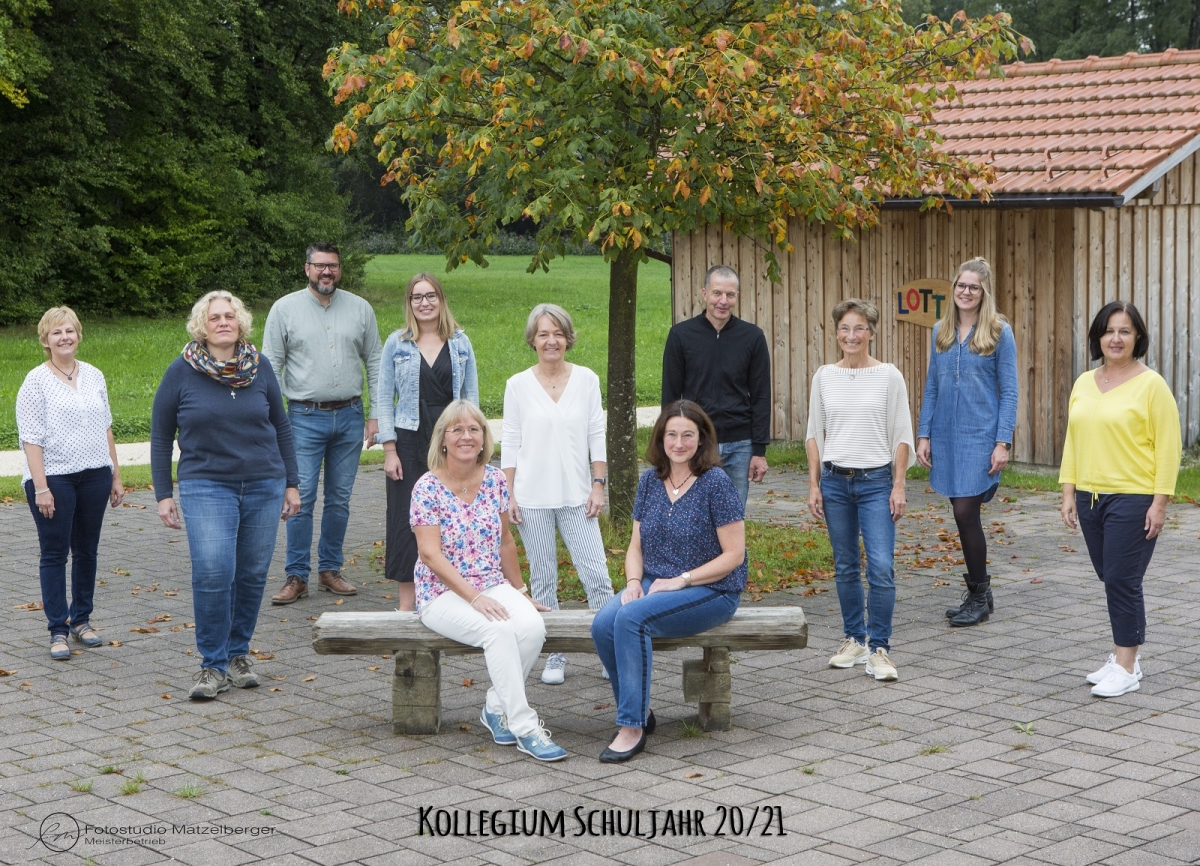 von links stehend: Fr. Fenninger (Verwaltung), Fr. Schwarzer (Rel.), Hr. Riedl (Rel.), Frau Notbichler (Kl. 3b), Fr. Binder (WTG), Hr. Amann (2. Kl), Fr. Geißelbrecht (Lehrerin), Fr. Hense (4. Kl.), Fr. Aschenbrenner (Kl. 1b), sitzend: Fr. Kahnert (Kl. 1a, stellvertretende Schulleitung), Fr. Hipf (Kl. 3a, Rektorin), nicht auf dem Bild: Fr. Eder, Fr. Geller-Meier
