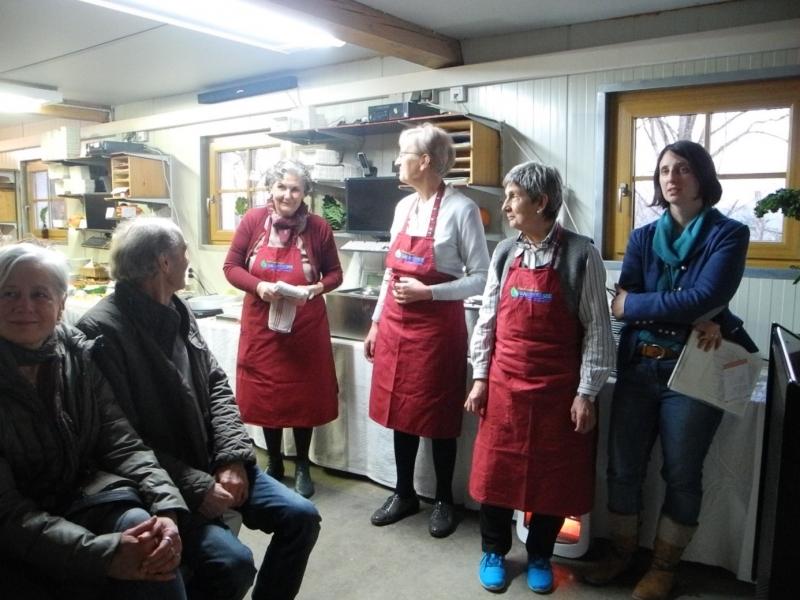 Das ehrenamtliche Kochteam hat ein vielfältiges Buffet aus heimischem Biowintergemüse arrangiert, von links: Bärbel Forster, Ulrike Selders, Irene Haslberger, Christine Lecker.