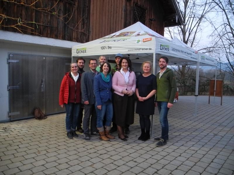 Zufrieden mit der großen Resonanz: Hinten von links: Mauritz Volkmer (Braukuchl), Andreas Huber (Biogemüsebauer), Hans Spitzauer (Biogemüsebauer), vorne von links: Hedwig Huber (Biogemüsebäuerin), Hans und Christine Lecker (Gastgeber), Marlene Berger-Stöckl ÖMR, Michi Steinmaßl (Biogemüsebauer).