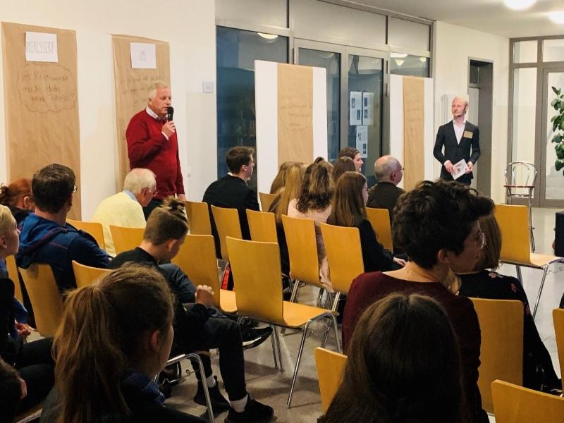 Das Publikum diskutierte engagiert mit. Robert Aigner aus Fridolfing schlug den SchülerInnen vor, den Umweltschutz durch das Erlernen eines technischen Berufs wie z.B. im Energiebereich aktiv voranzubringen.