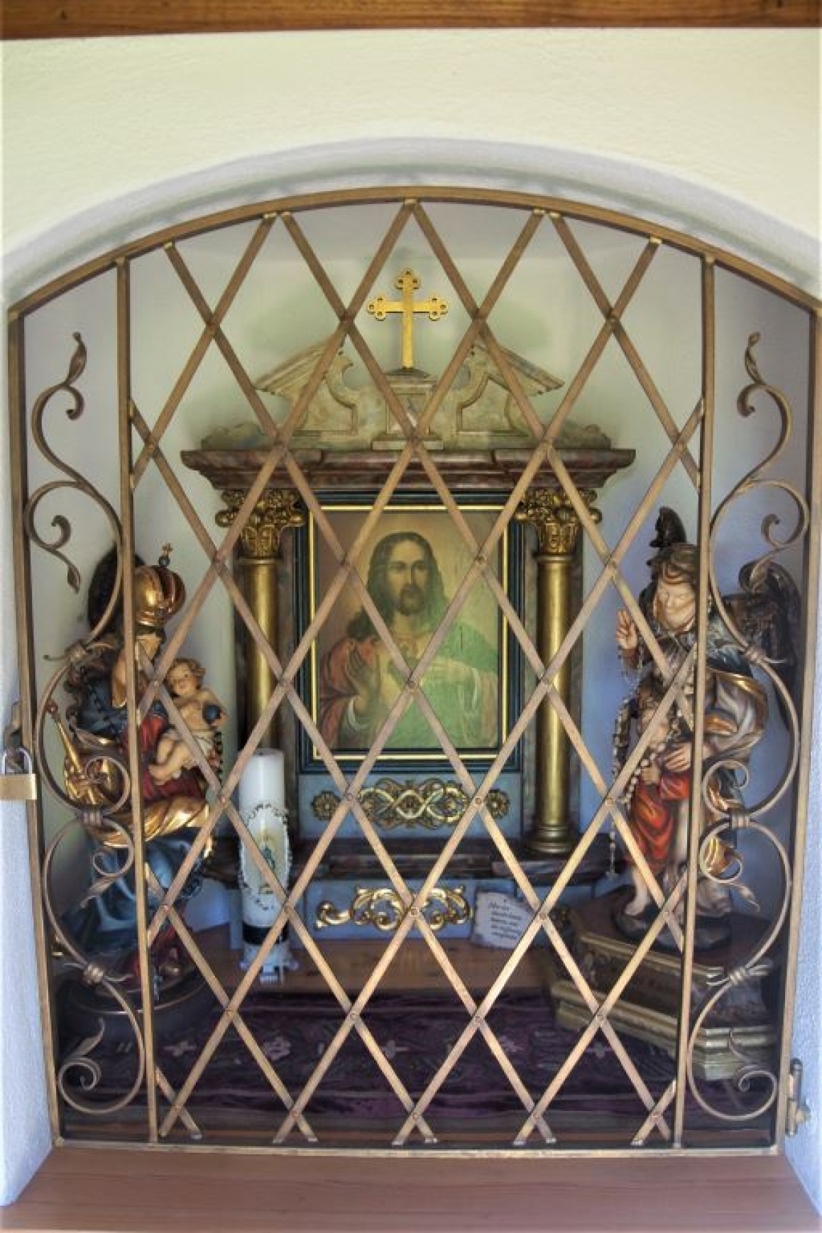 Das Herz-Jesu-Bild ist zentraler Punkt des Altars, seitlich davon stehen Statuen der Muttergottes und des Erzengels Raphael, dem die Kapelle in Hoggen geweiht ist.