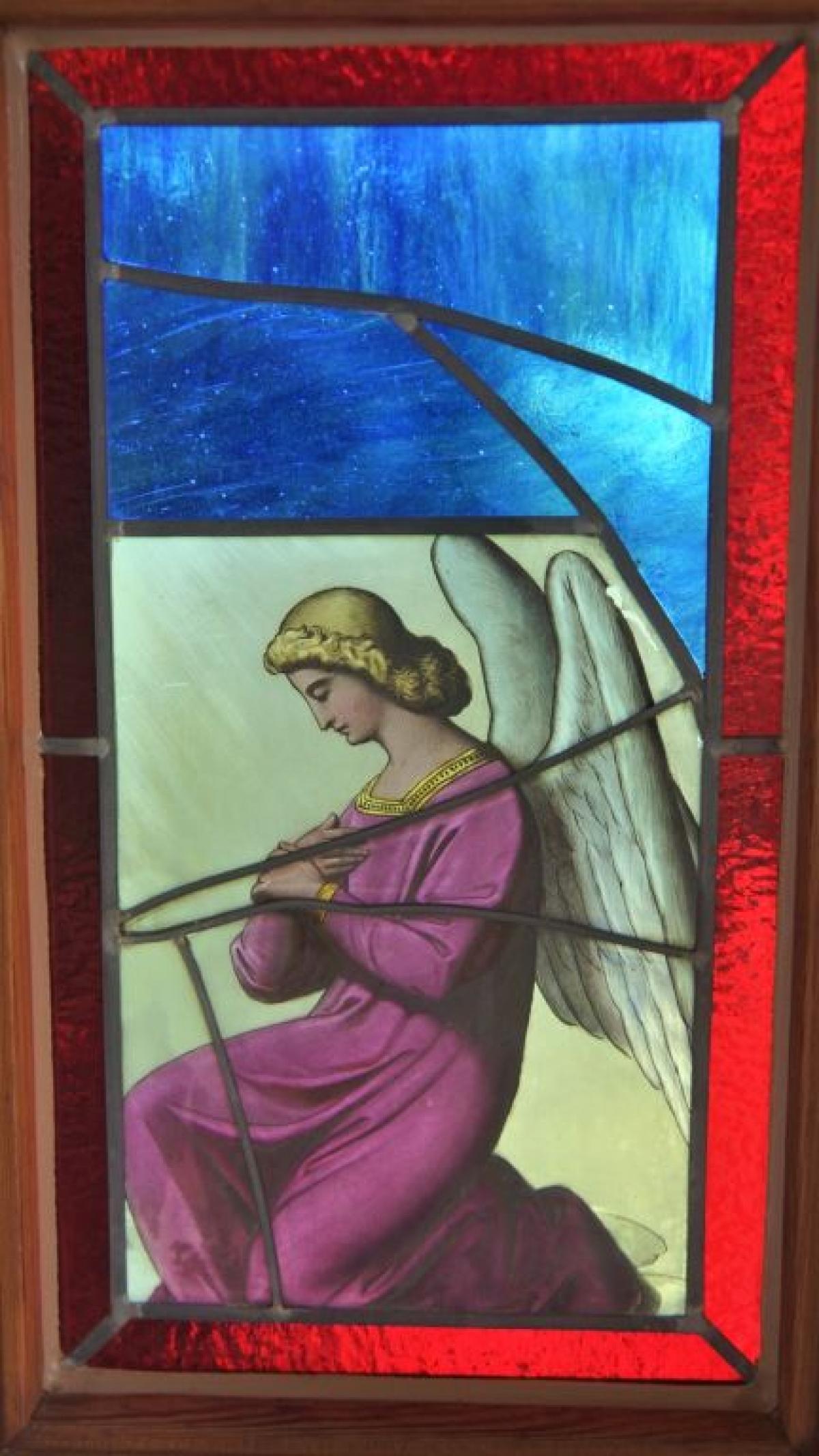 Die seitlichen Glasfenster mit den Schutzengel-Motiven lassen gedämpftes Licht in den Kapellenraum eindringen.