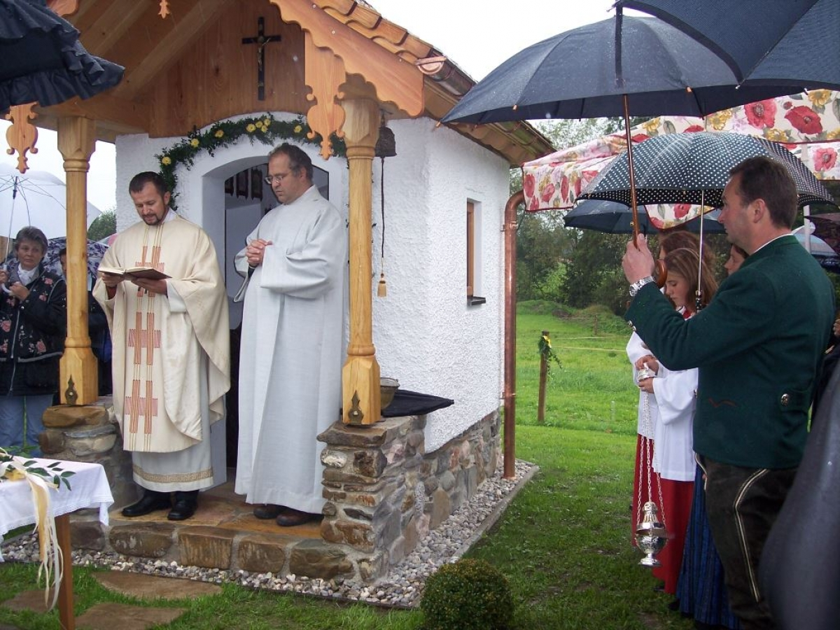 Pater Marian (links) und Pastoralreferent Peter Förg haben die neue Schutzengelkapelle in Hoggen eingeweiht. Rechts im Bild die Bauherr Rupert und (halb verdeckt) Barbara Huber.