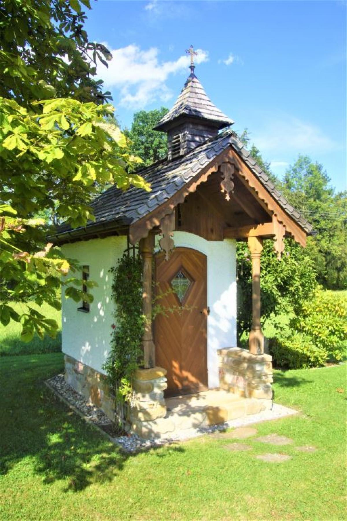 Mit viel Liebe zum Detail ist die Kapelle in Hoggen von Rupert und Barbara Huber gebaut worden.