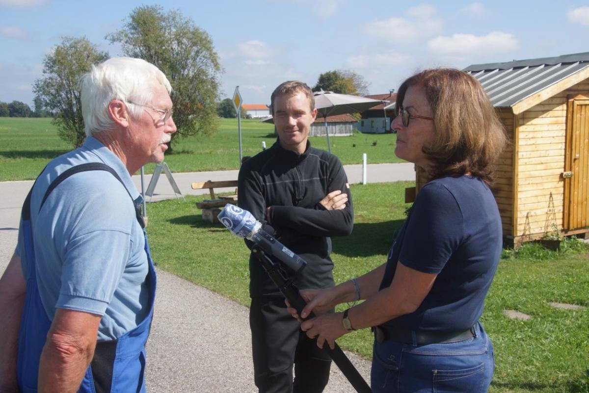 Auch der Papa und der Opa wurden von der BR-Mitarbeiterin Christine Haberlander interviewt, Martin Brandner (Mitte) und Hans Frisch.