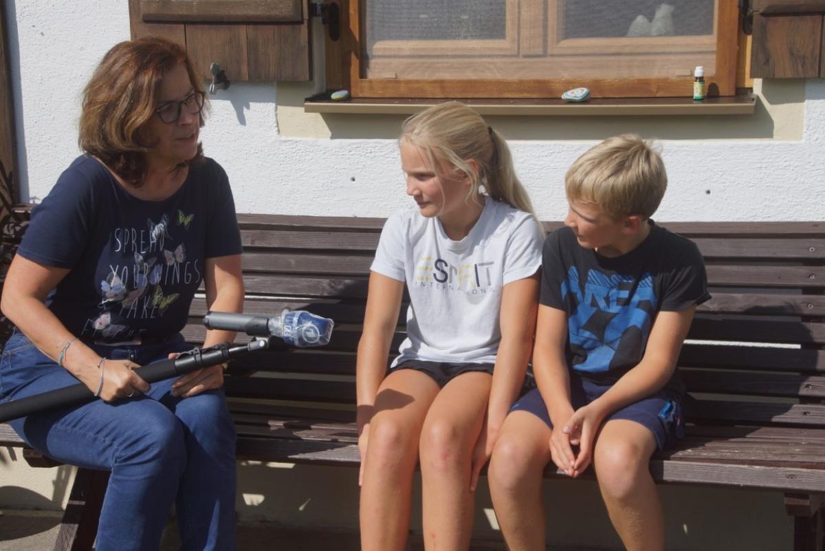 """BR-Mitarbeiterin Christine Haberlander lässt sich von Matthias und Vroni Brandner erzählen, wie sie ihr """"Rastplatzl zur Goaßnweide"""" betreiben und wie sie dazu gekommen sind."""