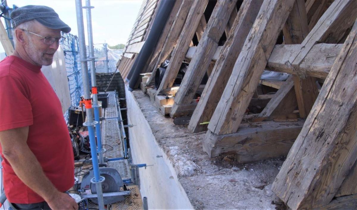 An der alten Dachkonstruktion musste wegen vorhandener Feuchtigkeitsschäden vieles ausgebessert und erneuert werden, erläuterte Ralf Klammer, der Chef der Zimmereifirma.
