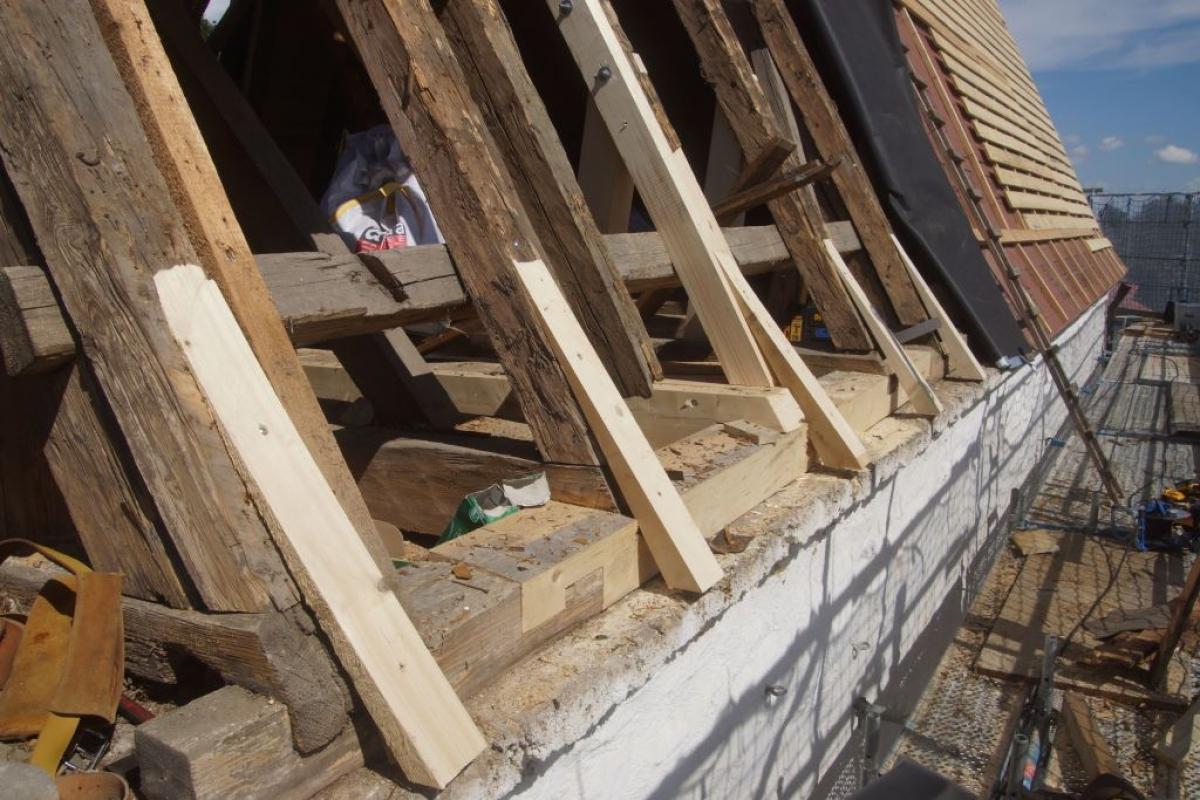 Hier ist zu sehen, wie einzelne Teile des Dachstuhl ausgebessert und neue Balkenstücke in die bisherige Konstruktion eingefügt wurden.