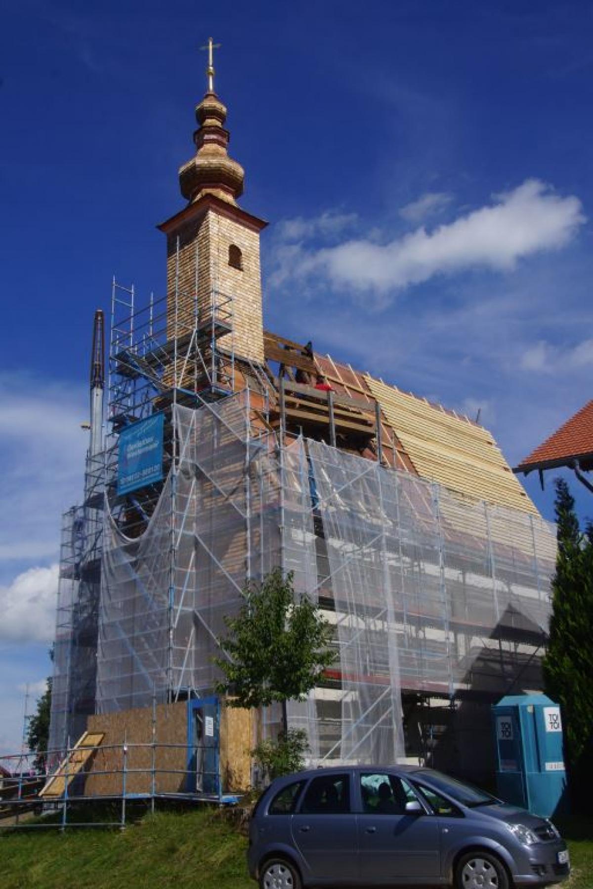 Die Arbeiten am Kirchhallinger Kirchleins schreiten flott voran. Der Turm ist bereits mit den neuen Schindeln bedeckt, nun geht es am Dach weiter.