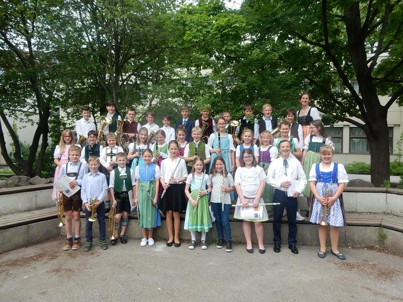 Schüler der MLV-Bläserklassen Surberg-Otting/Wonneberg und Ruhpolding mit Musiklehrern Tamás Puskás (zweiter von rechts, erste Reihe) und Jutta Gerl (erste von rechts, dritte Reihe)