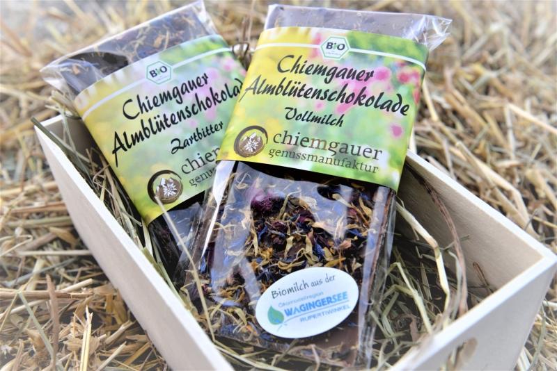 """Die Chiemgauer Schokoladen-Sorten der Chiemgauer Genussmanufaktur von Astrid Günther in Freutsmoos enthalten die """"Naturland Faire Biomilch"""" der Molkerei Berchtesgadener Land."""