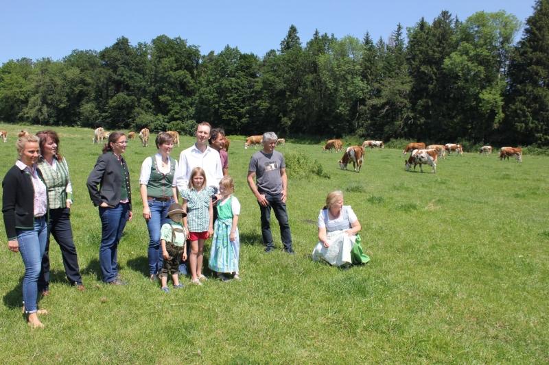 """Biomilch von Kühen in idyllischer Natur: Bei einem Treffen auf dem Betrieb Englschallinger genossen die Teilnehmer einen Spaziergang zu den vierbeinigen """"Mitarbeiterinnen"""" des Biolandwirts."""