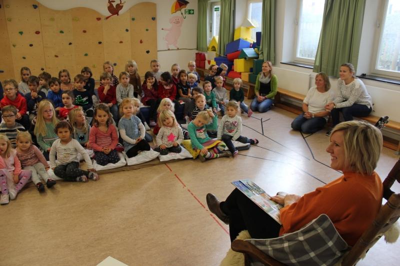 Claudia Koreck las und sang den St. Leonharder Kindergartenkindern Geschichten und Lieder vor.