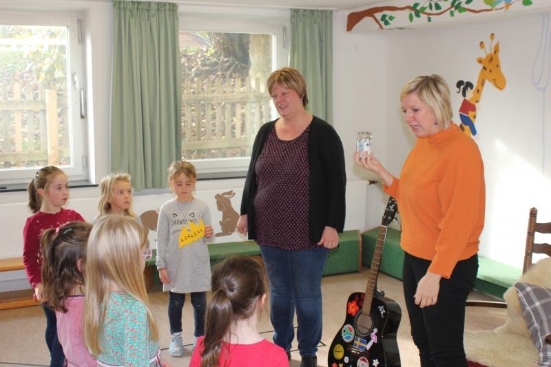 """Kindergartenleiterin Birgit Bleibinger überreichten an Claudia Koreck eine Spende in Höhe von 464 Euro für die Aktion """"Sternstunden""""."""