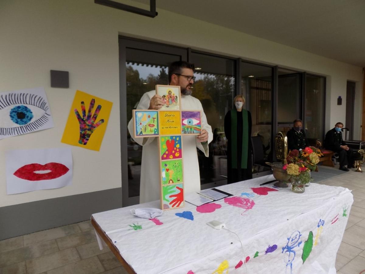 Gemeindereferent Martin Riedl mit dem liebevoll gestalteten Kreuz.