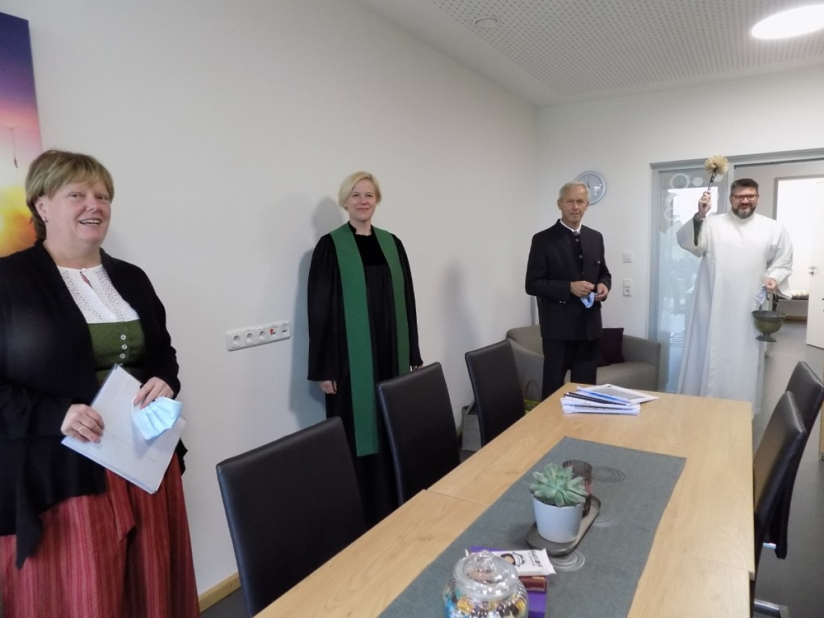 Unser Bild zeigt (von links): Die Kindergartenleiterin Birgit Bleibinger, die evangelische Pfarrerin Hannah von Schroeders, Bürgermeister Martin Fenninger und den Gemeindereferenten Martin Riedl, der die Räume mit Weihwasser segnet.