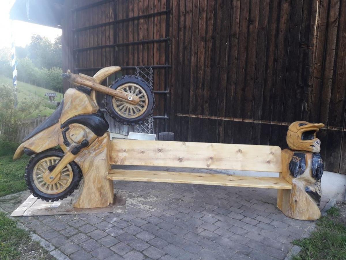 Dieses Motocross-Motorrad - in eine Hausbank integriert, naturgetreu bis hin zu den Stollen in den Reifen, die er noch dazu schwarz eingebrannt hat – ist Max Poschners umfangreichstes Werk; 45 Stunden hat er daran gearbeitet.