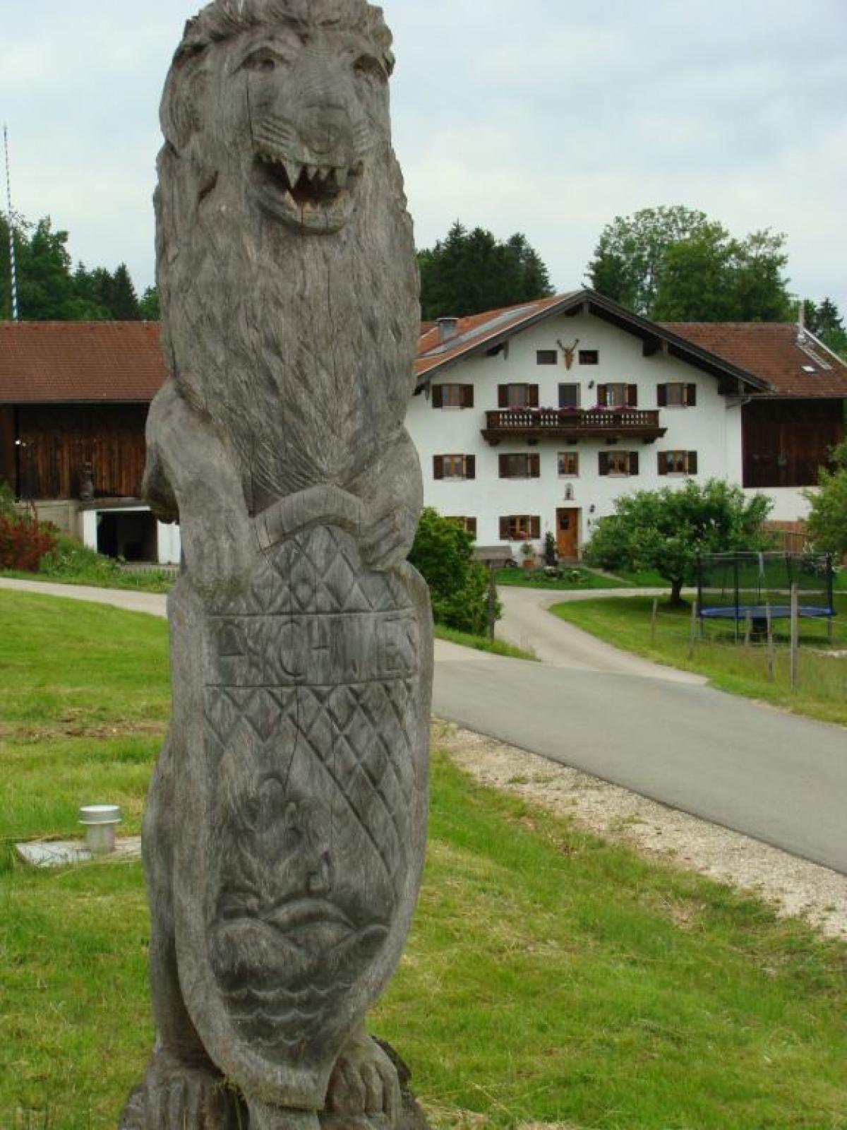 Dieser übermannsgroße Löwe grüßt von Aichwies aus, wo der Motorsägen-Schnitzer Max Poschner jun. zu Hause ist, die Autofahrer am Kirchhallinger Berg.