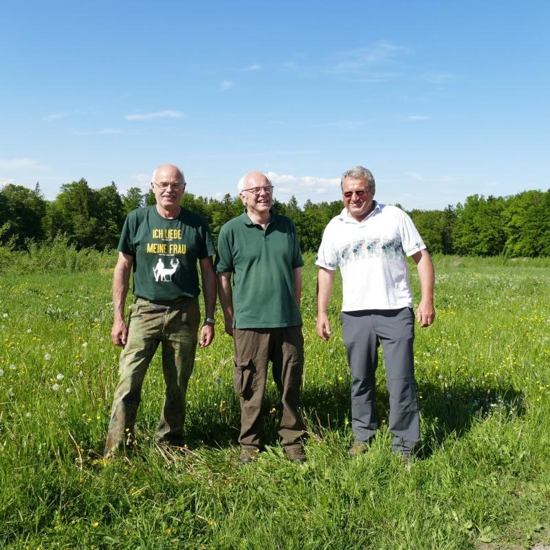 Waldbauer Gottfried Reiter, Max Poschner und Leonhard Straßer, Sprecher der AG Streuobst und Artenschutz in der Ökomodellregion, Initiator der Begehung.
