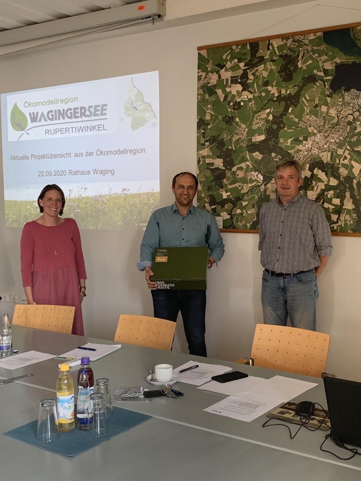 Die beiden neuen Vorstandssprecher der Ökomodellregion Waginger See Rupertiwinkel, Stefanie Lang und Matthias Baderhuber (rechts), verabschieden Hans-Jörg Birner.