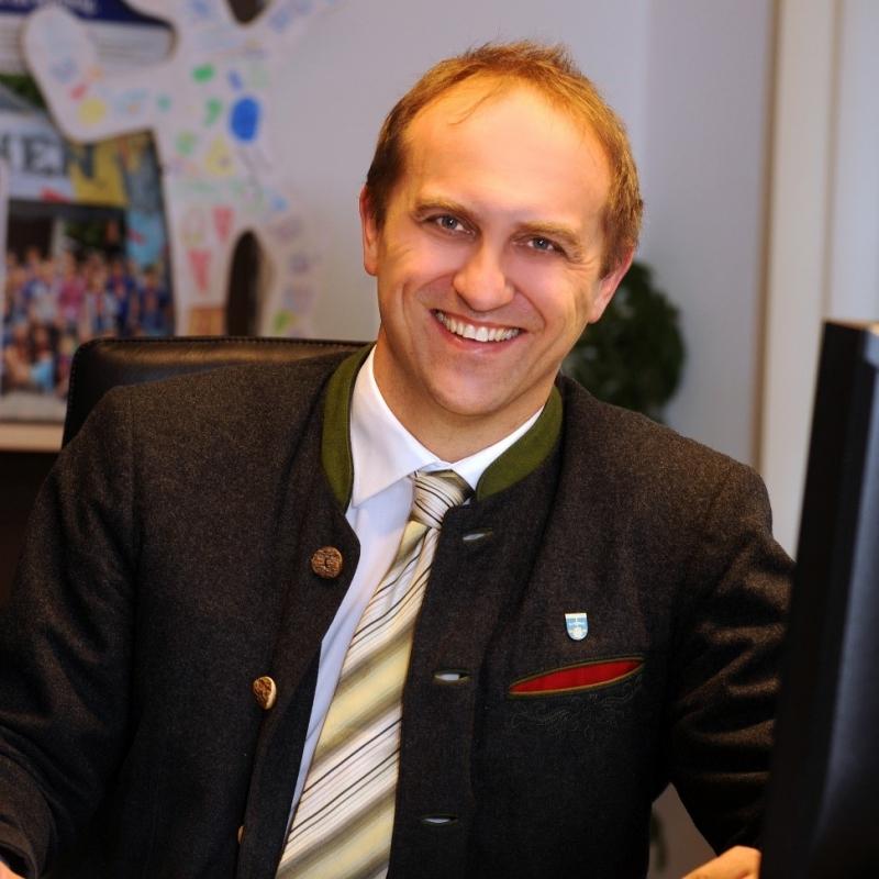 """Bürgermeister und Vorsitzender der Ökomodellregion Hans-Jörg Birner wehrte sich gegen die Behauptung, man spiele in dem Projekt Bio gegen Konventionell aus: """"Alle haben ihren Platz in der Ökomodellregion""""."""