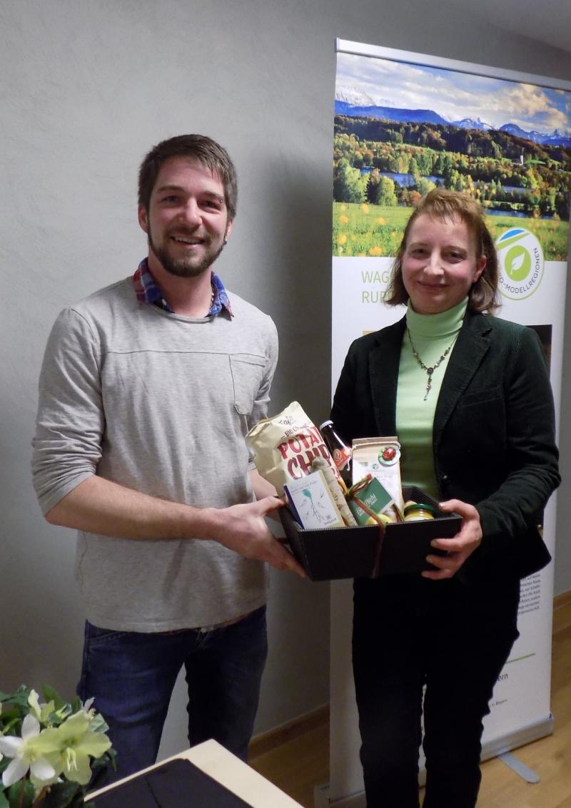 Bio-Gemüseanbauer Michael Steinmaßl überreicht der Ernährungsberaterin Maria Stadler zum Dank für ihren Vortrag einen Geschenkkorb mit regionalen Spezialitäten.